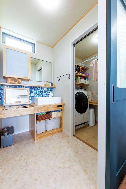 KOUBOU STYLE 建築工房相良【収納力、自然素材、間取り】クラッシュタイルが映える造作の洗面台。隣はランドリー