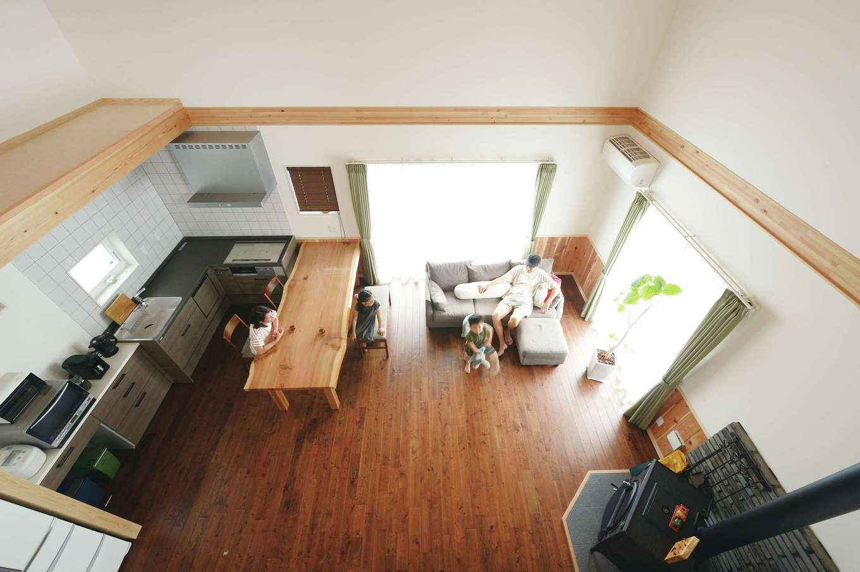 片山建設【自然素材、省エネ、間取り】奥さま念願のL字型キッチン。同社が製作した一枚板のテーブルが大空間にマッチ