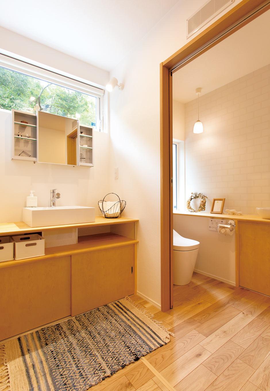 くらはし建築【収納力、省エネ、間取り】洗面室も広々設計で、夫婦そろって支度しても快適。トイレが1階と2階、計2つあるのも時短ポイント