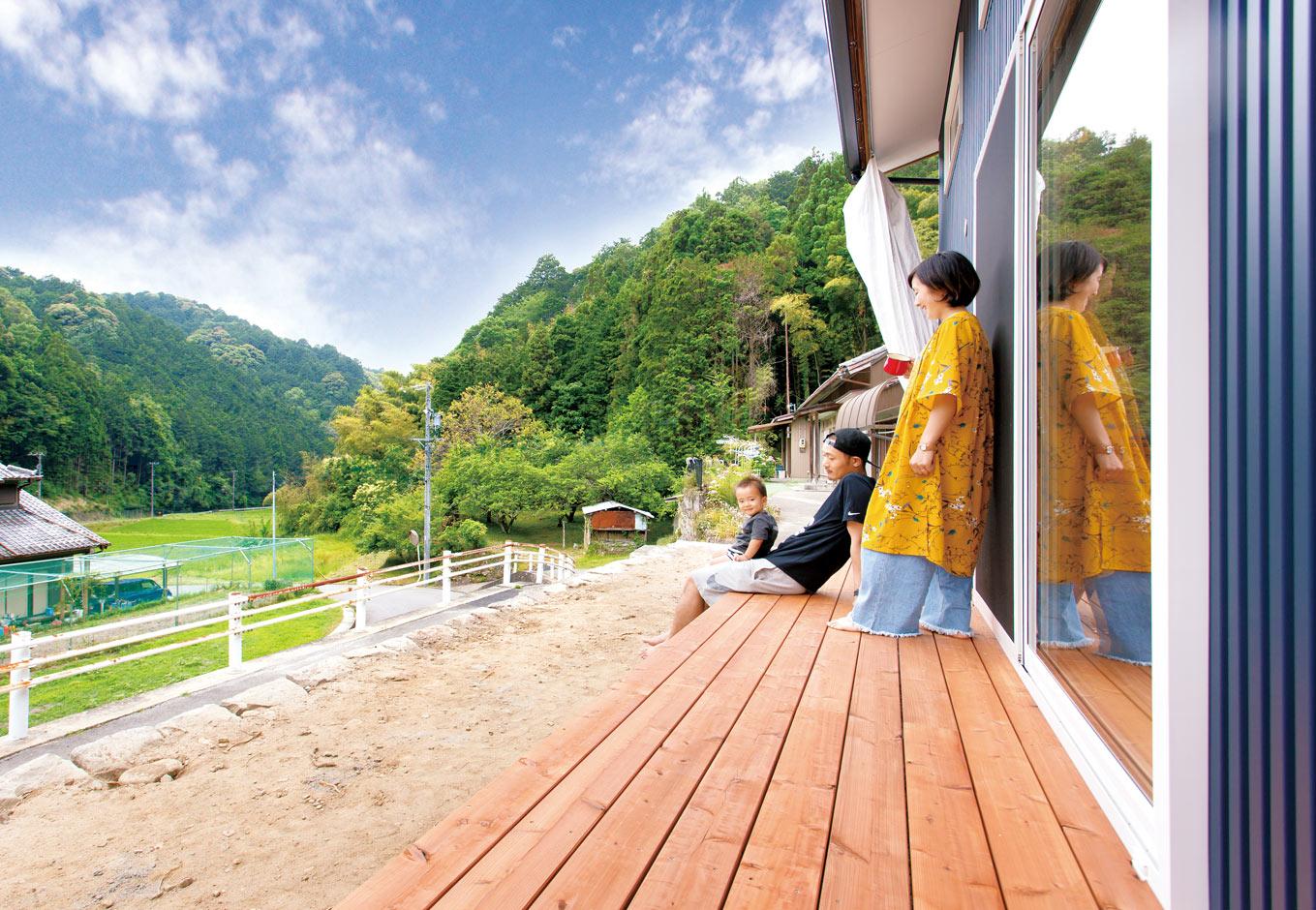 くらはし建築【収納力、省エネ、間取り】S邸は、山間の高台に立地。ウッドデッキからの眺望はみごと