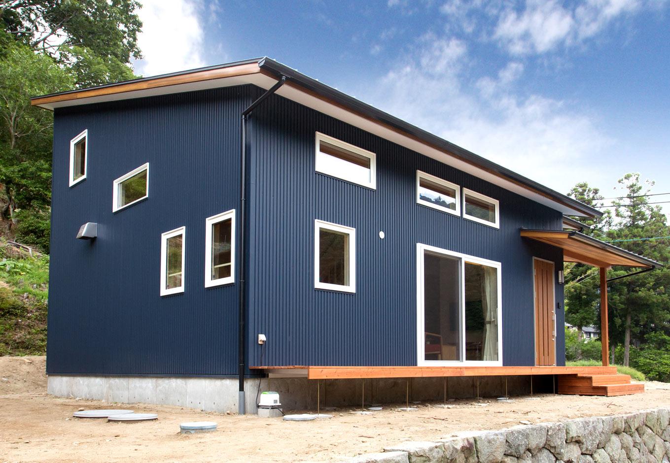 くらはし建築【収納力、省エネ、間取り】ガルバリウム鋼板とサイディングの、平屋建て風の外観。周辺の大自然ともマッチした建物だ