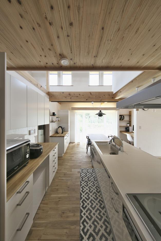 玄関からキッチンへの動線を考えた間取りで、重たい荷物もすぐに冷蔵庫等に収納が可能。  キッチン、ダイニング、庭へ続く大きな窓が一直線上に配置されているので、家事をしながら、お子さんの様子を見守ることができる