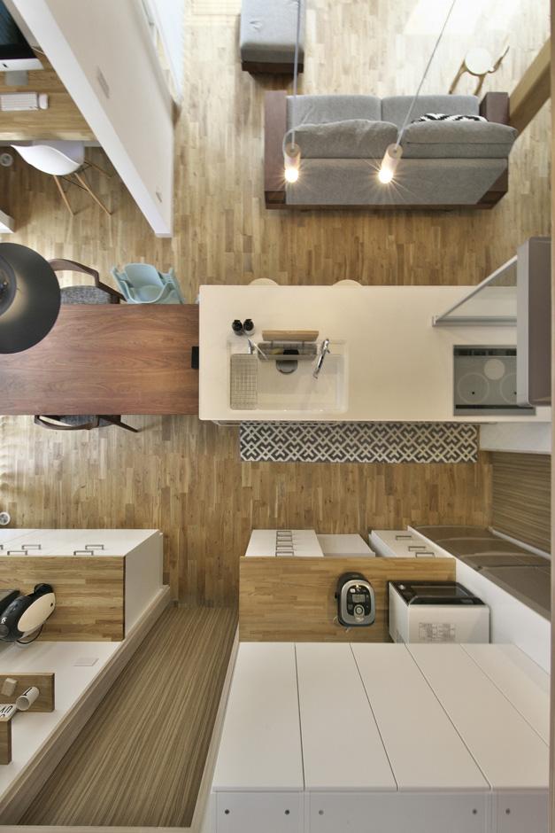 キッチン、ダイニング、浴室の一部の天井を吹き抜けにし、解放感のある空間に造り上げた