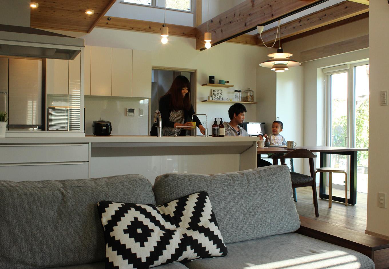 料理が得意な奥さまこだわりのオープンキッチン。白で統一されたキッチンは明るく清潔感があり、家具や小物の色が映える