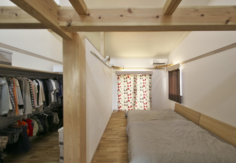 寝室とつながった5畳のウォークインクローゼット。 4mほどのパイプを2段つけ、おしゃれなご夫婦の衣類もたっぷり収納出来る