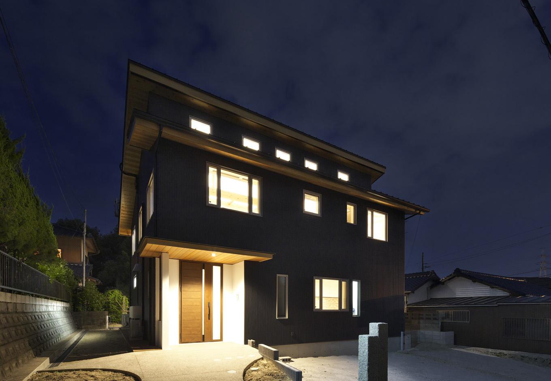 外壁はガルバ二ウム鋼板の黒とスイス漆喰の白でスタイリッシュに。軒裏にはアクセントにウェスタンレッドシダーを使用