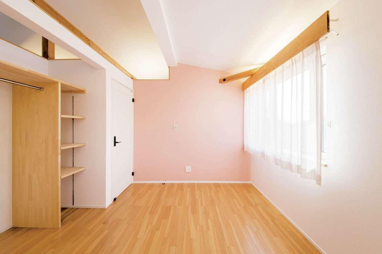 くらはし建築【趣味、省エネ、間取り】ピンクの壁がキュートな子ども部屋