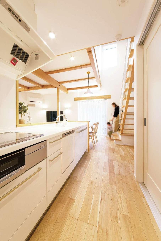 くらはし建築【趣味、省エネ、間取り】キッチンの奥には階段、手前には脱衣・洗面室、浴室、トイレ、玄関が繋がる。コンパクトな動線を実現