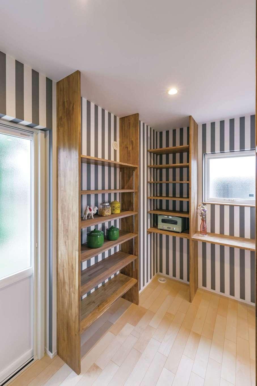 くらはし建築【省エネ、間取り、収納力】キッチン奥にあるパントリー。ストライプの壁紙が心をくすぐる