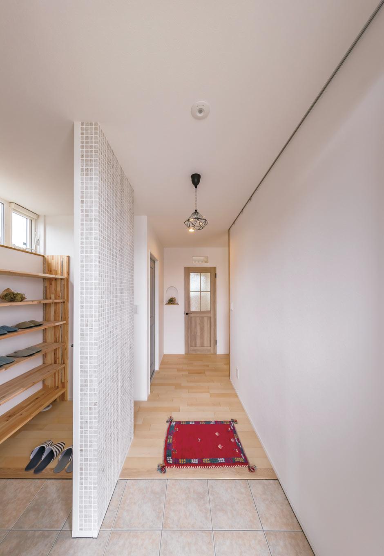 くらはし建築【省エネ、間取り、収納力】家の顔ともいうべき玄関は、シューズクローク前の壁にタイルを貼って印象的に。クローク型には、鍵フックなどが造作され、とても便利だ。完全バリアフリー設計で、将来的にも過ごしやすい