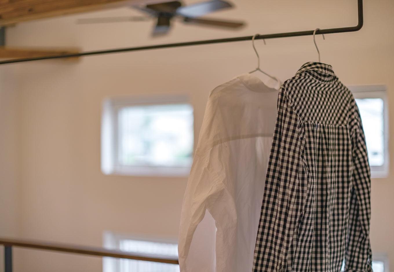 くらはし建築【省エネ、間取り、収納力】2階ホール物干しには、夜洗濯物を干し、翌日夕方に取り込むスタイル。共働き夫妻が、いかに時間を短縮して家事をこなすかの工夫がいっぱい