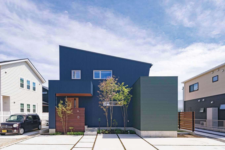 ainoa.life くらはし建築【収納力、趣味、省エネ】2色のガルバリウムを組み合わせた外観。アウトドア好きの夫妻に似合うカッコいいデザインが絵になる。