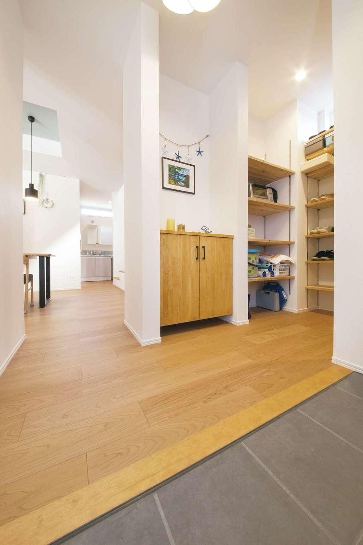 ainoa.life くらはし建築【デザイン住宅、収納力、間取り】段差のない玄関ホールは靴収納まで広々