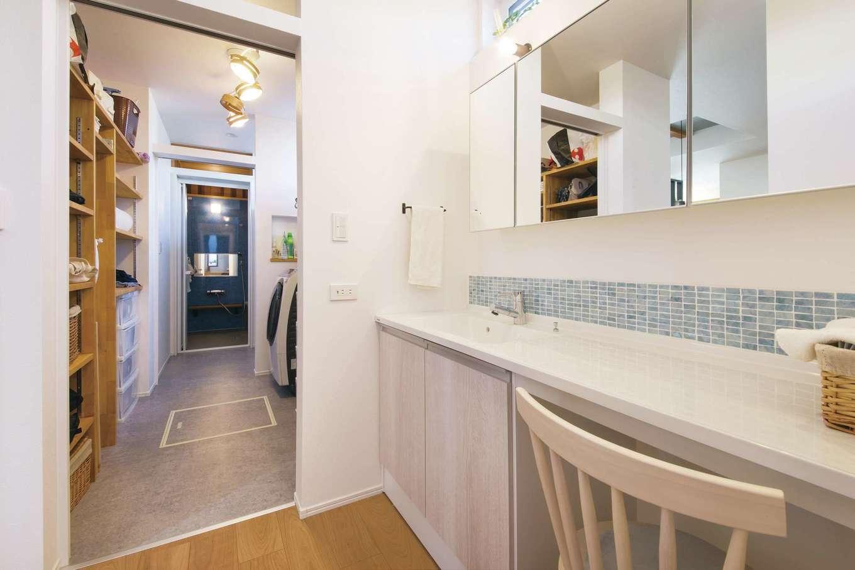 くらはし建築【デザイン住宅、収納力、間取り】洗面台を起点に、普段着用の室内干し&クローゼットや日用品収納を兼ねる納戸、脱衣所と浴室までが一直線でつながる