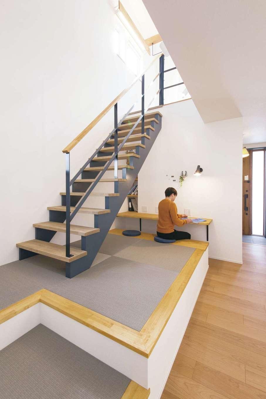 くらはし建築【デザイン住宅、収納力、間取り】小上がりの畳コーナーから階段へつながるレイアウトがおしゃれ。カウンターには書棚が付いていて、子育てにも役立ちそう