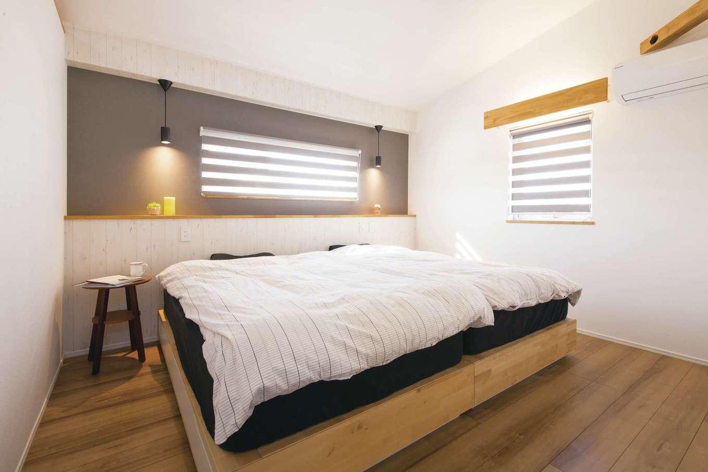 くらはし建築【デザイン住宅、収納力、間取り】ホテルをイメージしてデザインした寝室。枕元のコンセントや、ちょっと物を置けるスペースが便利