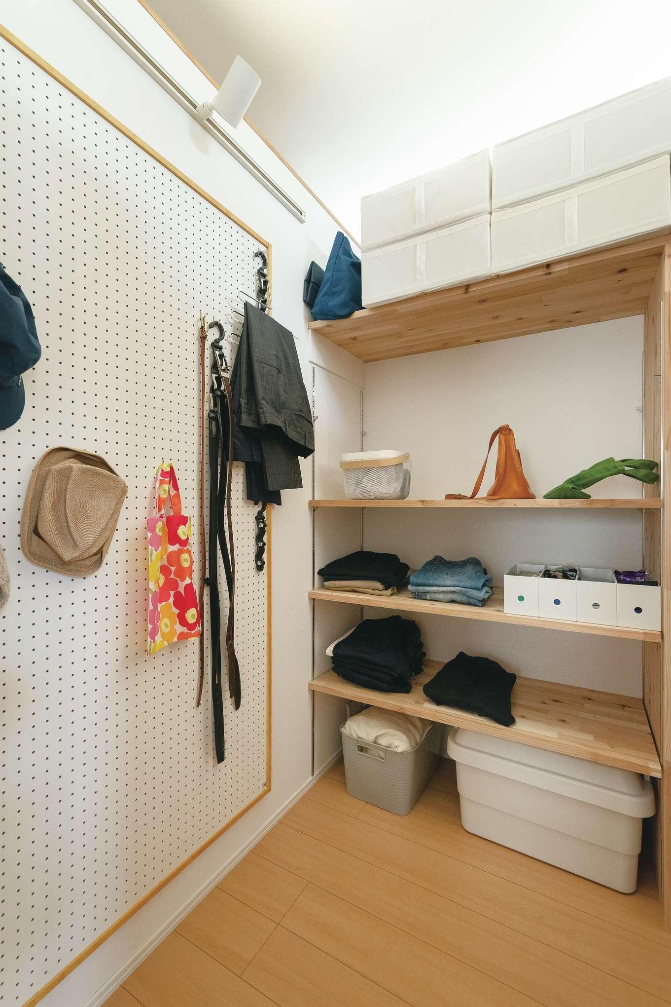 ainoa.life くらはし建築【デザイン住宅、収納力、省エネ】ウォークインクローゼットには有孔ボードを活用して、帽子やベルトなどを収納