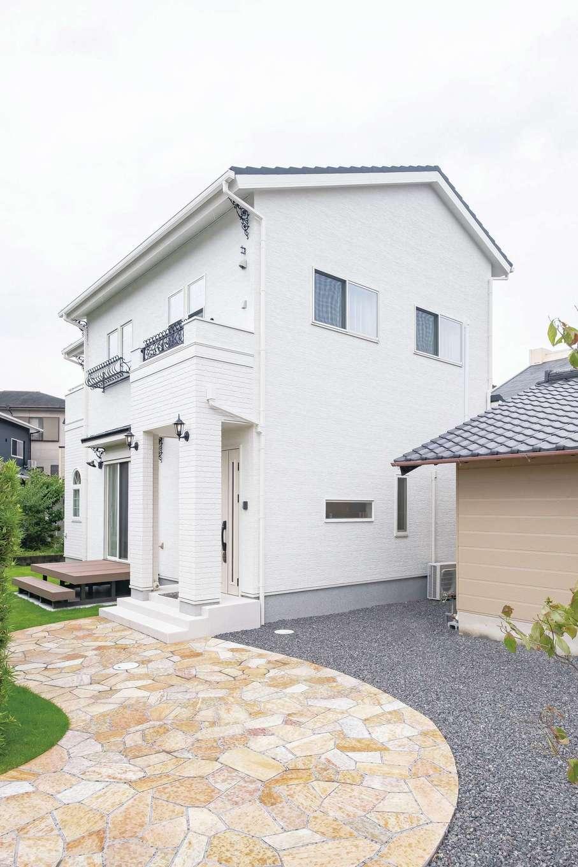 橋本組 ~つむぐ家~【省エネ、間取り、デザイン住宅】外観は真っ白な外壁にアイアンの飾りがポイント