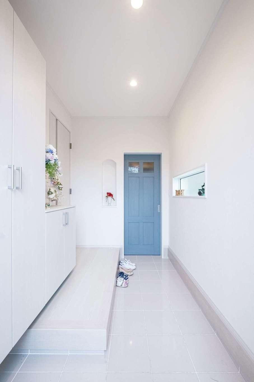 橋本組 ~つむぐ家~【省エネ、間取り、デザイン住宅】奥に延びる玄関。玄関収納と土間収納ですっきり片付く