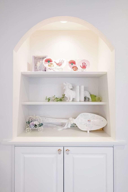 橋本組 ~つむぐ家~【省エネ、間取り、デザイン住宅】リビングのアーチにくり抜かれた飾り棚。家族の思い出が飾られている