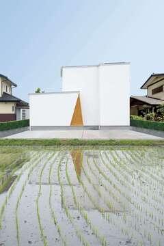 家の中から空に吹き抜ける、中庭のある2階建て