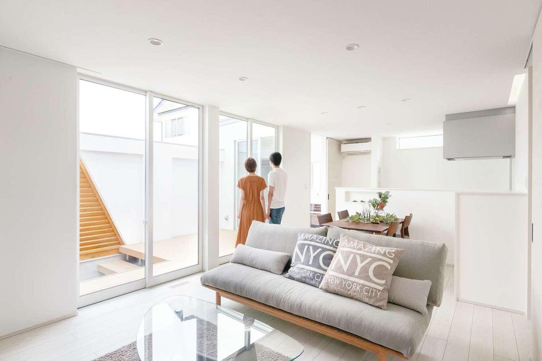 ティアラホームスタイル【デザイン住宅、省エネ、間取り】中庭に面した開放感たっぷりのLDK。白を基調としたシンプルな空間に、ハイタイプの窓から自然の光が降り注ぐ