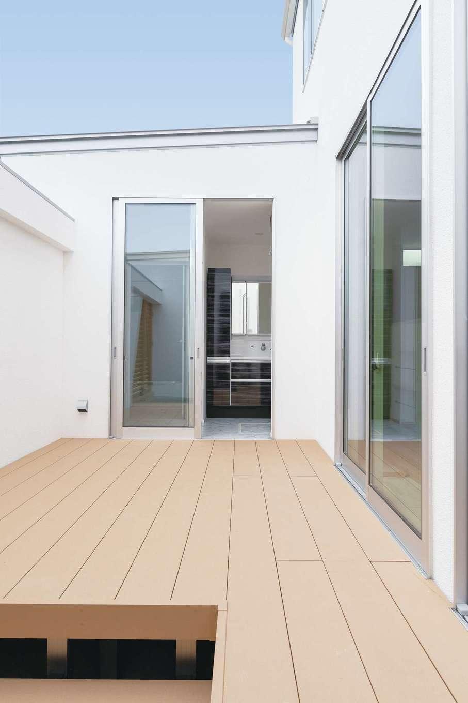 ティアラホームスタイル【デザイン住宅、省エネ、間取り】洗面室は中庭とつながり、洗う、干す、しまうの短い動線がラク家事に貢献