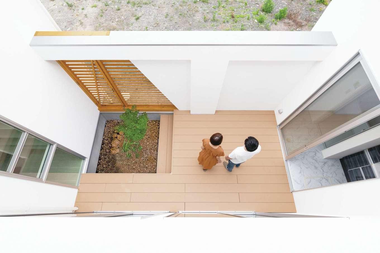 ティアラホームスタイル【デザイン住宅、省エネ、間取り】背丈より高い壁で守られた中庭は、外部からの視線が気にならず、防犯効果も高い。草木や花を植えて楽しめるスペースを作り、室内からも癒しの緑を眺められる
