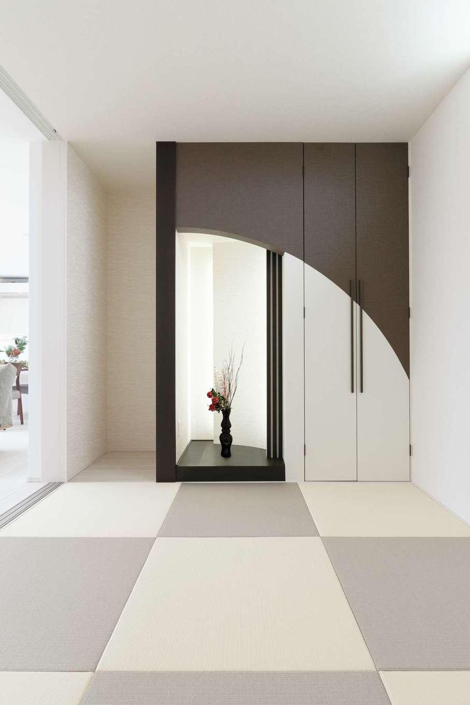 ティアラホームスタイル【デザイン住宅、省エネ、間取り】隣り合うリビングに合わせたモダンな和室。曲線を活かした床の間と収納のデザインが秀逸
