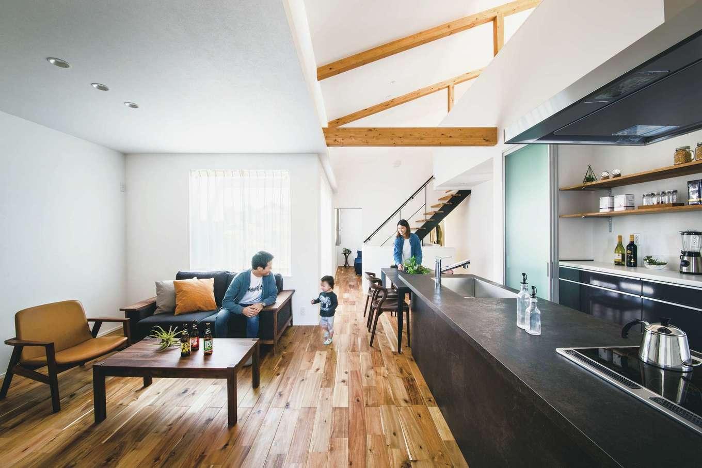 LDKは緩やかなL字型を描き、2階までを一体化させる吹き抜けが清々しい。キッチン背面の扉付き収納も、美しい部屋づくりの立役者だ