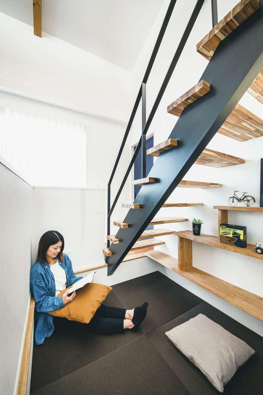 「一人の空間が欲しい」と熱望した奥さまに、階段下に1段床を下げた個室を用意。大好きなロジックパズルを楽しむ