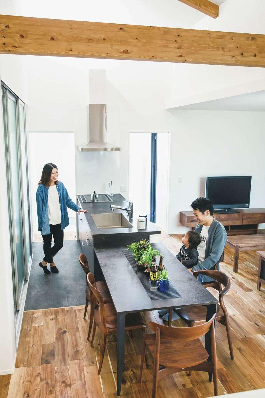 生活空間を1階にまとめ、平屋感覚で過ごせる設計に。熱交換型換気システムと高い断熱性のおかげで、1階はエアコン1台でいつも快適