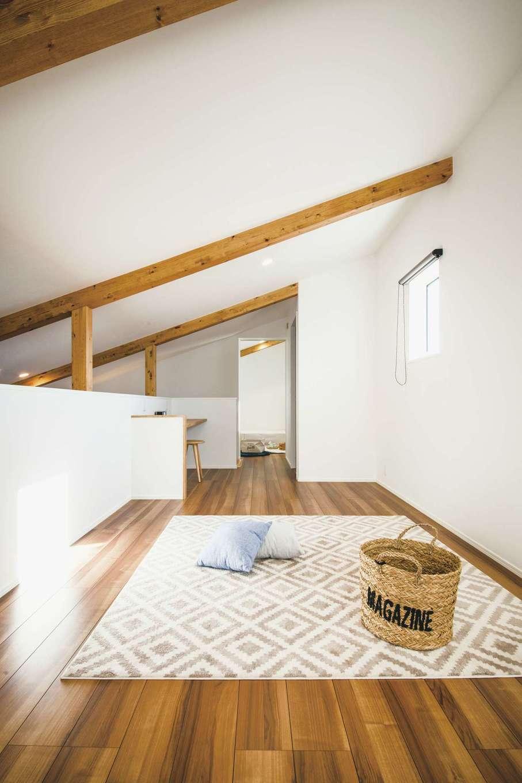 2階はフリースペースと子ども室の2つを用意。小屋裏収納もある