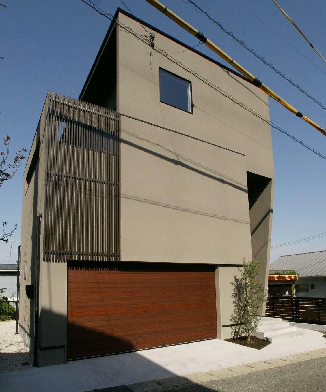 RIKYU (リキュー)【デザイン住宅、建築家、ガレージ】約38坪の敷地に建てた3階建てのガレージハウス。アースカラーの塗り壁は弾力性のあるスタッコフレックスで、水蒸気は通しても雨水は通さないというスグレモノ。2階のバルコニーにあたる部分を格子で目隠しした