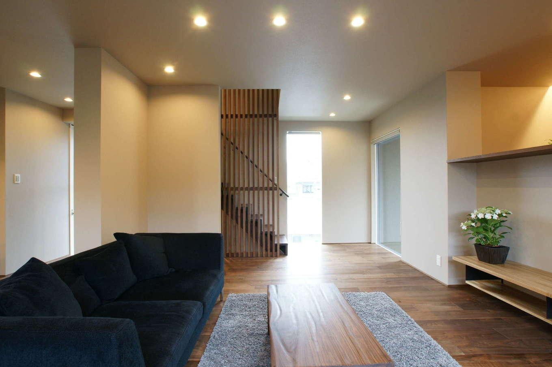 RIKYU (リキュー)【デザイン住宅、建築家、ガレージ】2階のLDK。シンプルなインテリアの中にも天井の高さ、視界の広がり、動線、空気の循環、照明計画など、快適に暮らすためのさまざまな工夫が施されている
