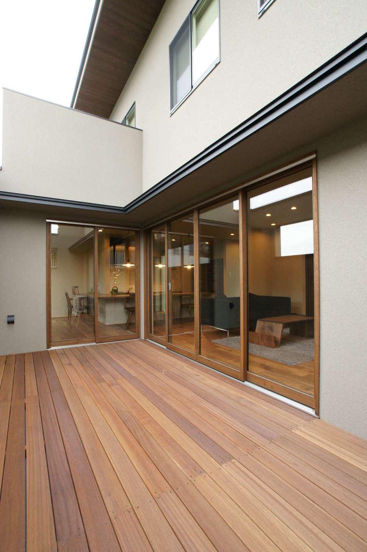 RIKYU (リキュー)【デザイン住宅、建築家、ガレージ】2階のバルコニー。外からの視線を緩やかに遮りつつ、オープンエアの光と風を取り込み、BBQや天体観測など、アウトドアリビングとして楽しめる
