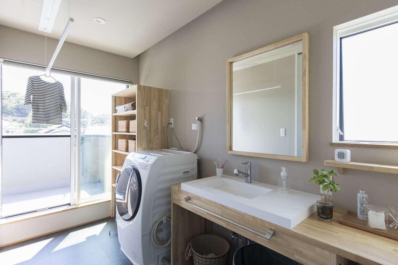 RIKYU (リキュー)【デザイン住宅、建築家、ガレージ】3階のサニタリー。浴室、洗面脱衣室、バルコニーへと一直線につながる動線が便利。部屋干しスペースもたっぷりと確保