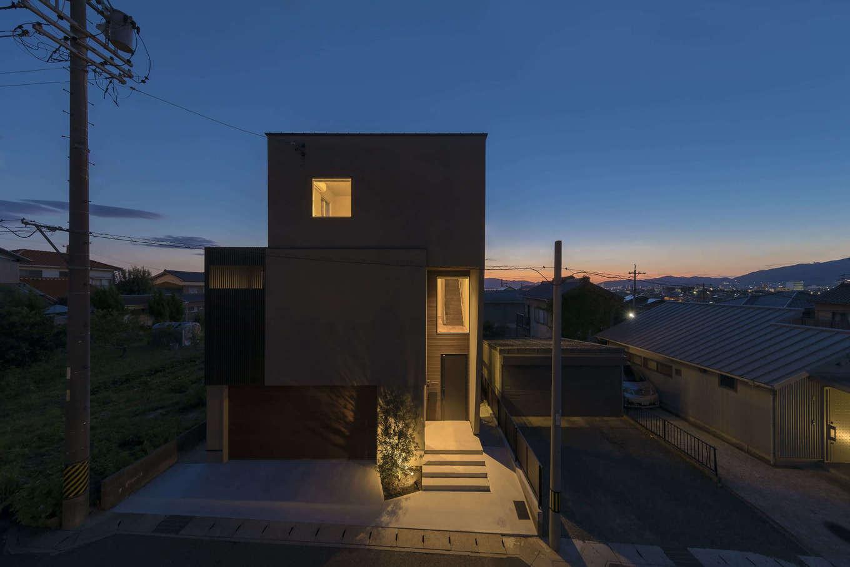 RIKYU (リキュー)【デザイン住宅、建築家、ガレージ】夜景の外観もうっとりするほど美しい。奇抜なデザインで主張しすぎることなく、周囲の景観としっくり馴染むように設計されているのも建築家住宅の魅力