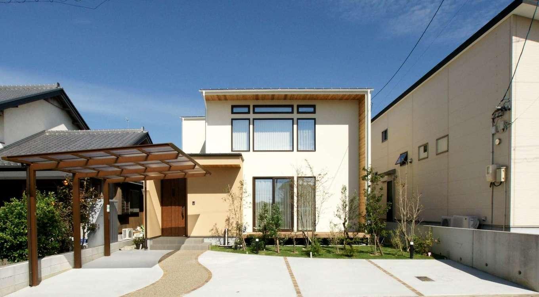 RIKYU (リキュー)【デザイン住宅、間取り、建築家】深い軒と袖壁で直射日光を遮りつつ、デザイン性も豊かな外観。窓のラインも美しく配置され、建築家ならではの設計力が光る。リビングから見える庭の植栽に心が安らぐ