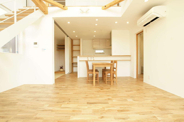 RIKYU (リキュー)【デザイン住宅、間取り、建築家】ダイナミックな吹抜けの大空間リビング。高い窓から燦々と光が降り注ぎ、朝からテンションが上がる。無垢の床はスリッパを履くのが惜しいほど気持ち良くて、時とともに飴色に変化していく