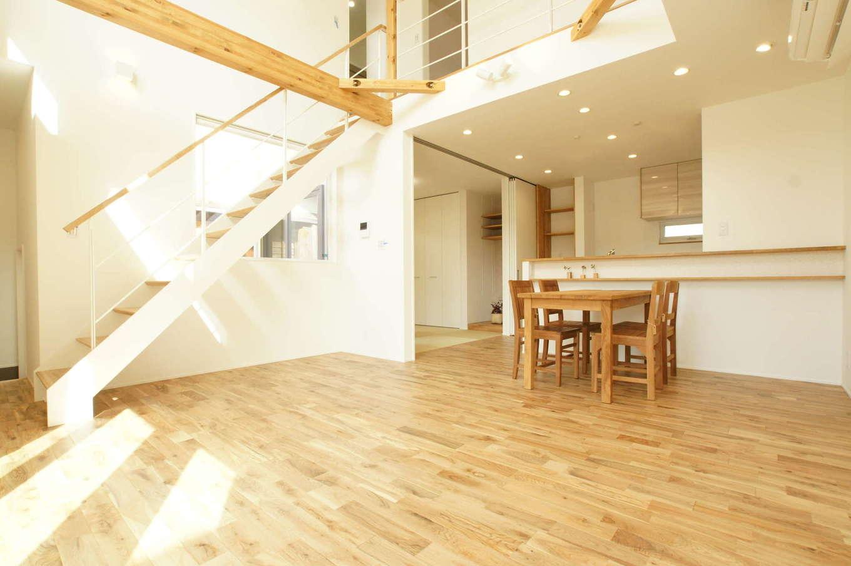 RIKYU (リキュー)【デザイン住宅、間取り、建築家】家族のコミュニケーションをとりやすいのも吹抜けの魅力。こんなに大きな空間があっても、高気密・高断熱性能により上下階の温度差がないので、身体への負担が少なく、光熱費も抑えられる