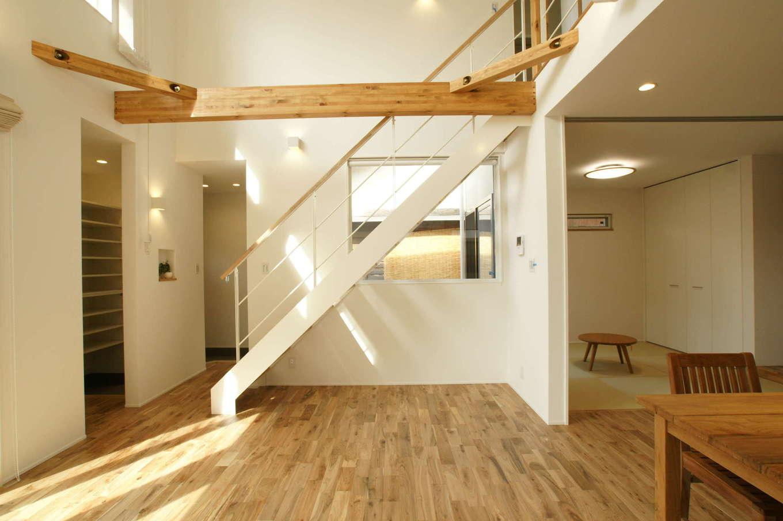 RIKYU (リキュー)【デザイン住宅、間取り、建築家】LDKのナチュラルなテイストに合わせて、鉄骨階段も白で統一した。リビングに隣接した和室は、子どもが風邪をひいた時の隔離部屋にもなる