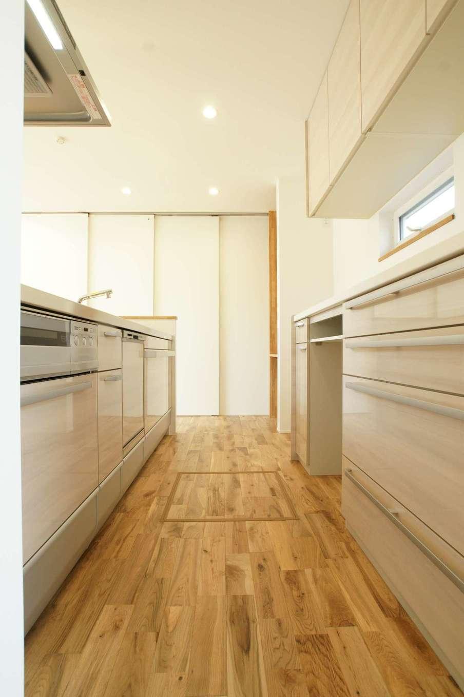 RIKYU (リキュー)【デザイン住宅、間取り、建築家】ご主人も料理をするので、キッチンの作業スペースを広くとった。サニタリーへの動線もスムーズで、働く奥さまの家事時間を短縮できる