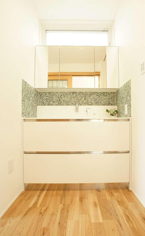 RIKYU (リキュー)【デザイン住宅、間取り、建築家】洗面台は奥さまこだわりのサンワカンパニー社製。モザイクタイルを貼ってアクセントを。ハイサイドライトから十分な光を確保する