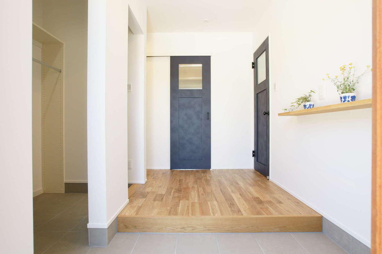 RIKYU (リキュー)【収納力、平屋、インテリア】ゆったりとした玄関ホール。まっすぐ進むと洗面脱衣室、浴室へ。右手のドアを開けるとリビングへつながる