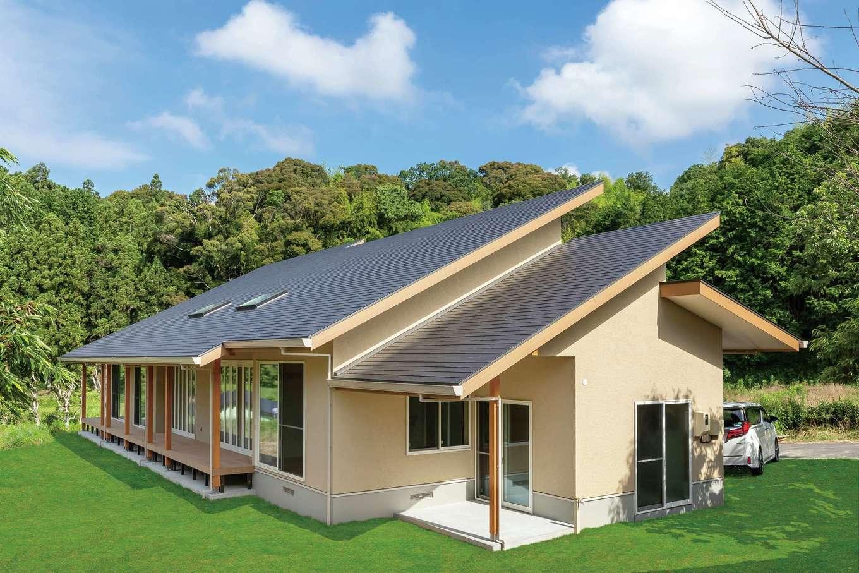 住まいるコーポレーション【デザイン住宅、自然素材、平屋】周囲の緑と調和した平屋の外観。片流れの屋根に勾配を大きくもたせたことで、スタイリッシュなデザインに仕上がっただけでなく、屋根裏も収納や居室に利用できる