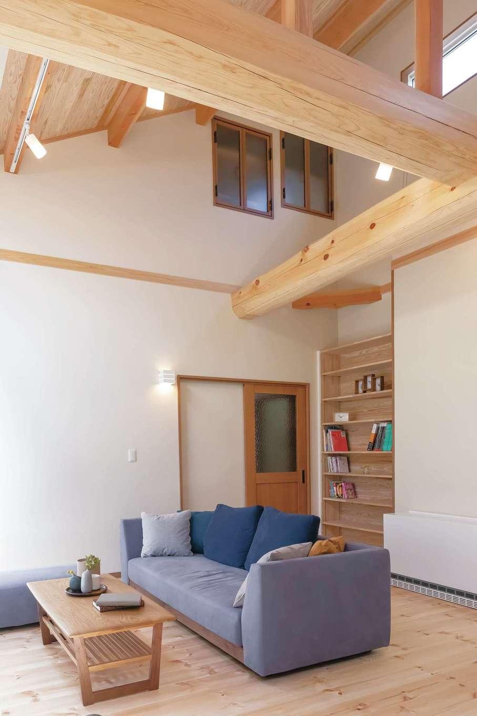 住まいるコーポレーション【デザイン住宅、自然素材、平屋】リビングの背面には、いつでもさっと本を手に取れるように書棚を設けてある