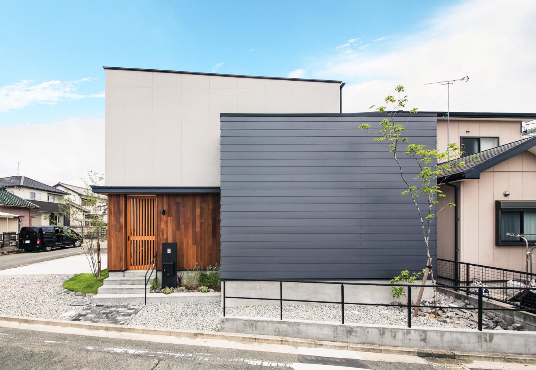S.CONNECT(エスコネクト)【デザイン住宅、間取り、建築家】北面と西面が道路に接した敷地に建つN邸。道路沿いの壁はプライバシーを確保するため開口部を最小限に抑え、吹抜けを設けて室内の明るさを確保するように設計されている