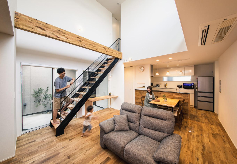 S.CONNECT(エスコネクト)【デザイン住宅、間取り、建築家】吹き抜けを設けても構造躯体に無理のない設計にするために、構造計算を行ったうえでキッチン上の梁を大きくし、天井の高さが異なる空間に仕上げてある