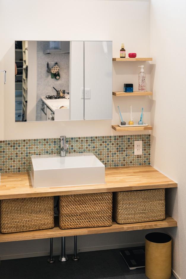S.CONNECT(エスコネクト)【デザイン住宅、間取り、建築家】奥さんがタイル選びにこだわったオシャレな造作の洗面台。棚もカゴがぴったり収まる高さに設けてある